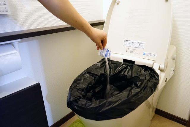 手順1:用を足した後に抗菌性凝固剤をふりかけます。