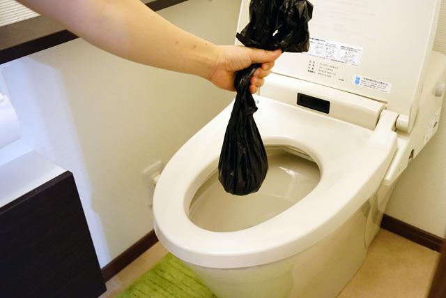 手順2:排便袋を便座からはずし、しっかりと結びます。