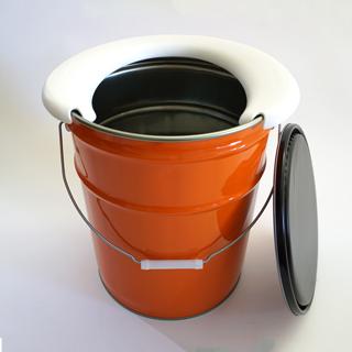 安定感があり、水や汚れにも強いので長期間使用可能!色はオレンジと黒からお選び頂けます。 品名:マイペール